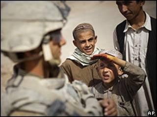 کودکان افغان در کنار سرباز آمریکایی
