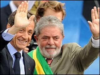 Os presidentes Nicolas Sarkozy, da França, e Luiz Inácio Lula da Silva acenam para populares antes do desfile de 7 de Setembro na Esplanada dos Ministérios Foto: Wilson Dias/Abr