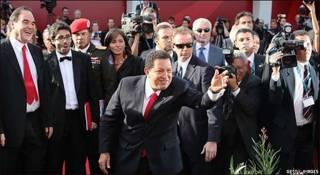Oliver Stone (izq.) y Hugo Chávez en la Mostra de Venecia