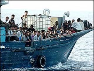 قارب مهاجرين غير شرعيين
