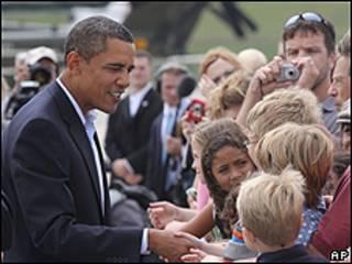 Barack Obama saluda a grupo de niños en Kentucky