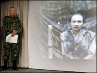 Um militar durante a divulgação do vídeo, 07/09/09. Foto AP/ Fernando Vergaro