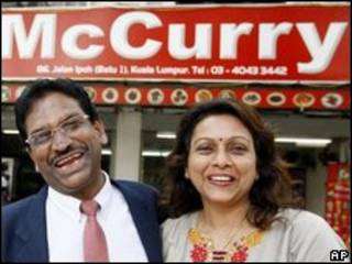 Kanages Suppiah y su esposa frente a su restaurante McCurry