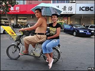 Chinos en una moto