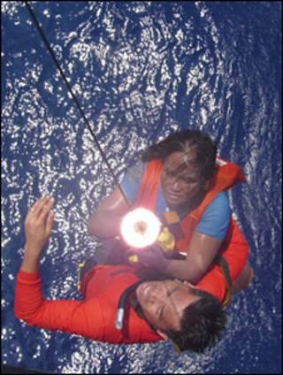 Bà Lita Casunglon được nhân viên cứu hộ kéo lên trực thăng