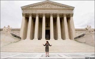 Sonia Sotomayor frente a la sede del Tribunal Supremo en Washington