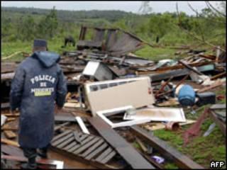 Un policía en la provincia argentina de Misiones, en medio de los estragos causados por la tormenta.