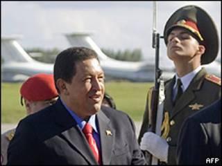 Hugo Chávez a su llegada a Bielorrusia, etapa anterior a Rusia, 8 septiembre 2009