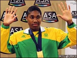 Caster Semenya con la medalla de oro