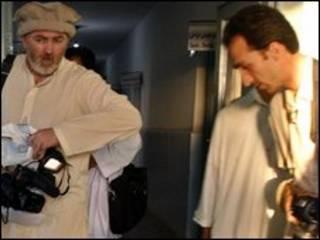 سلطان منادی (راست) استیفن فرل (چپ) در بیمارستانی در قندوز در چهارم سپتامبر