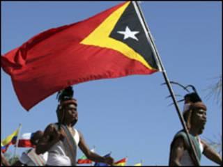 تيموريون يرفعون علم بلادهم