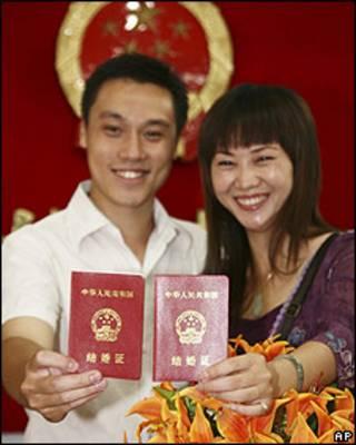 Joven pareja en China con registro de matrimonio