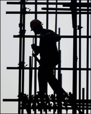 Trabalhador da construção civil. Foto: AP/ Eugene Hoshiko