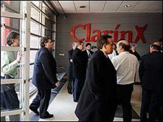 Ingreso de inspectores en la sede de Clarín / Foto cortesía de Clarín