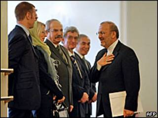 O ministro das Relações Exteriores do Irã, Manouchehr Mottaki, ao apresentar propostas aos representantes dos cinco membros permanentes do Conselho de Segurança da ONU e da Alemanha
