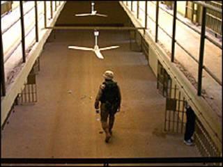 جندي امريكي يسير داخل سجن ابو غريب
