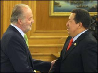 O rei da Espanha, Juan Carlos (esq.), e o presidente venezuelano Hugo Chávez, durante encontro desta sexta-feira (Foto: Palacio de La Zarzuela)