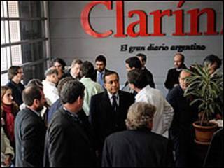 Inspectores en la sede de Clarín (Foto cortesía de Clarín)