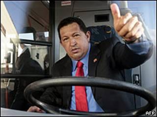 Hugo Chávez frente al volante de un autobús en Minsk, Bielorrusia
