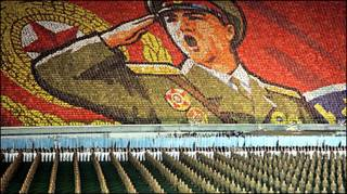 تصویری از رژه سربازان کره شمالی و تشکیل تصویری بزرگ از یک سرباز در ورزشگاه