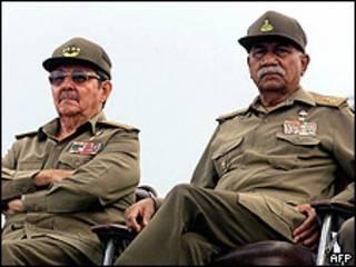 Juan Almeida Bosque (derecha) junto al actual presidente Raúl Castro