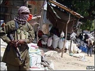 Combatientes de al-Shabab patrullando en Mogadiscio, Somalia