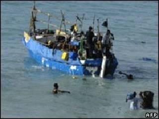 لاجئون يغادرون ميناء بوساسو بالصومال