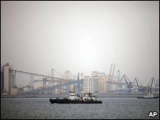 Un barco cruza cerca del puerto de Dalian