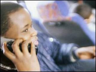 男孩打手机