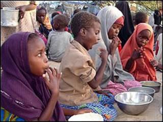 أطفال صوماليون في مركز تابع لبرنامج الغذاء