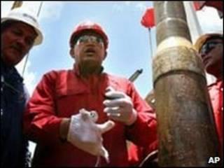 Tổng thống Venezuela Hugo Chavez thăm một cơ sở dầu
