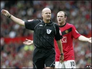 Árbitro en partido de fútbol inglés