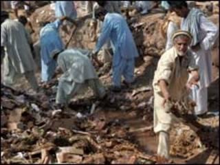 Paquistaneses vasculham destroços de casa em Kohat