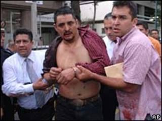 Policías arrestan al agresor