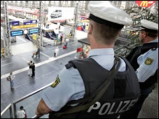 رجال امن المان في محطة قطارات