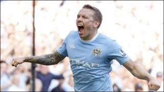 Craig bellamy san bằng 2-2 cho Man City (Reuteurs)