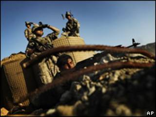 Soldados estadounidenses con fuerzas afganas