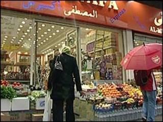 مسلمة أمام أحد محال بيع الحلال في بريطانيا