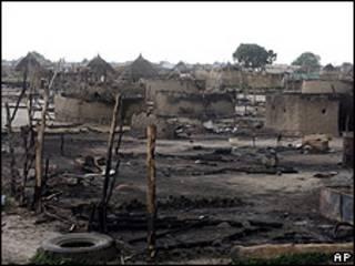 Aldea arrasada en Sudán. Foto de archivo