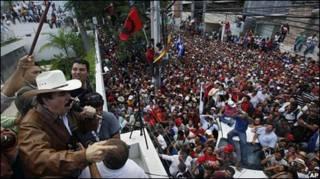 Ông Zalaya nói chuyện với đám đông ủng hộ viên từ ban công đại sứ quán Brasil