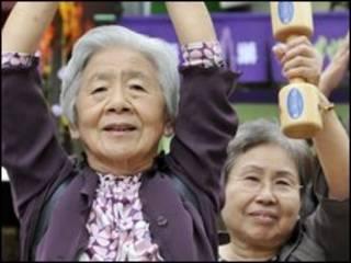Người già tại Nhật đang tập thể dục