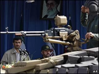 محمود احمدی نژاد در رژه هفته دفاع مقدس در تهران