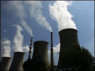 أعمدة الدخان من منشأة في الصين