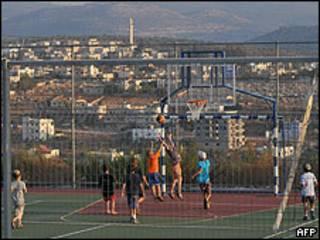 Colonos israelenses em assentamento na Cisjordânia