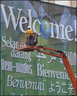 Funcionário coloca cartaz dando boas vindas aos participantes da cúpula do G20