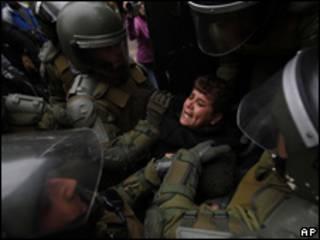 Mujer detenida en una protesta mapuche en Chile