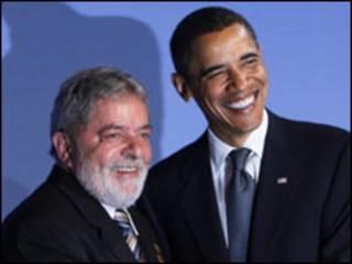 Os presidentes do Brasil e dos Estados Unidos, Luiz Inácio Lula da Silva e Barack Obama, se cumprimentam