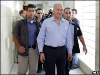 Olmert llegando al tribunal en Jerusalén.