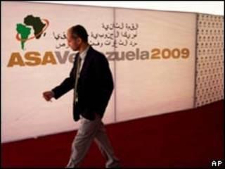 Delegado passa por cartaz da Cúpula América do Sul-África em Isla Margarita, Venezuela (AP, 24 de setembro)