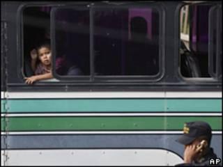 Niño en autobús de manifestantes en favor de Zelaya